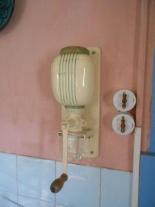 Manual wall grinder
