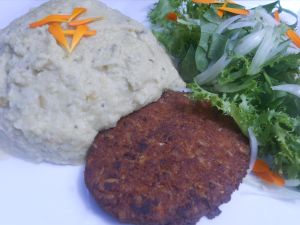 Veggiburger with salad and mashed potato with almond milk. Delicious !!